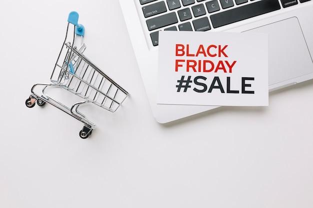 Czarny piątek wózek na zakupy i laptop