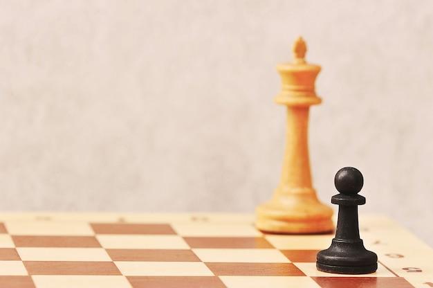 Czarny pionek przed białym królem