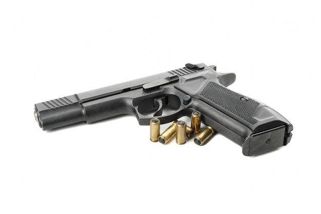 Czarny pistolet i traumatyczne pociski na białym tle