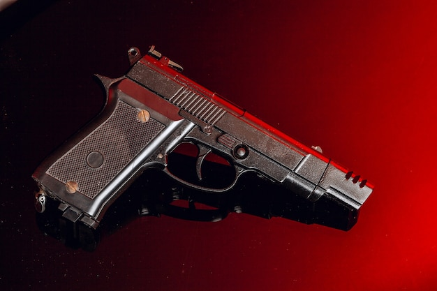 Czarny pistolet na czarno z odbiciem z bliska