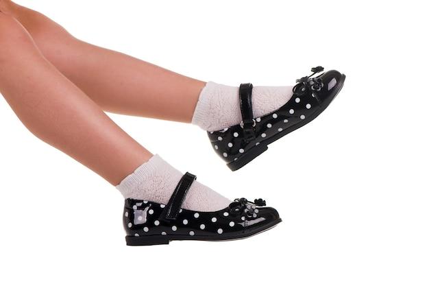 Czarny połysk skórzane buty dziewczyna na białym tle.