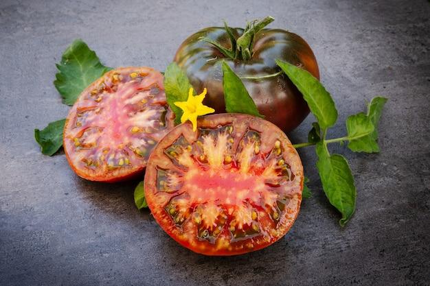 Czarny pomidor krymski, solanum lycopersicum na ciemnym tle