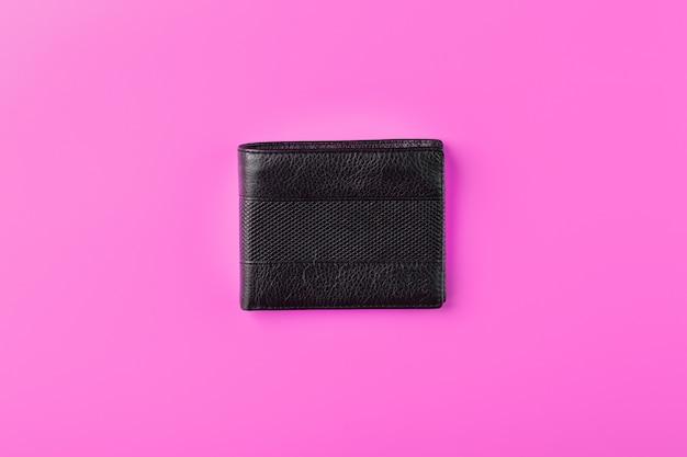 Czarny portfel na różowym tle