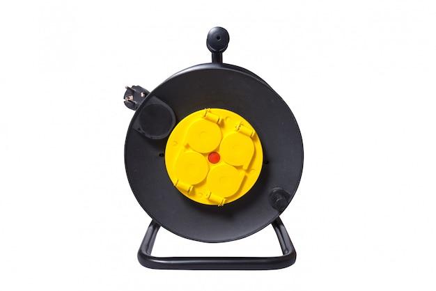 Czarny przedłużacz elektryczny na szpuli odbiorczej z czterema gniazdami