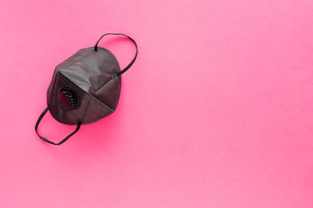 Czarny respirator na różowo.
