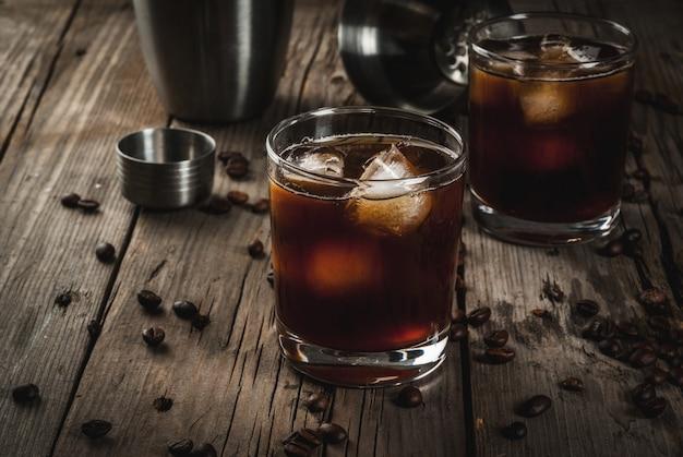 Czarny rosyjski koktajl z wódką i likierem kawowym