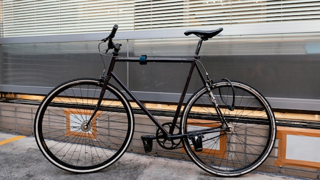 Czarny rower vintage na zewnątrz