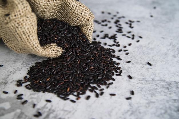 Czarny ryż rozrzucony z worka
