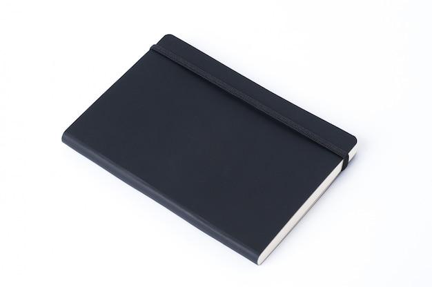 Czarny rzemienny notatnik odizolowywający na białym tle
