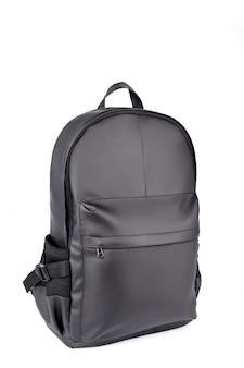 Czarny rzemienny plecak odizolowywający na bielu