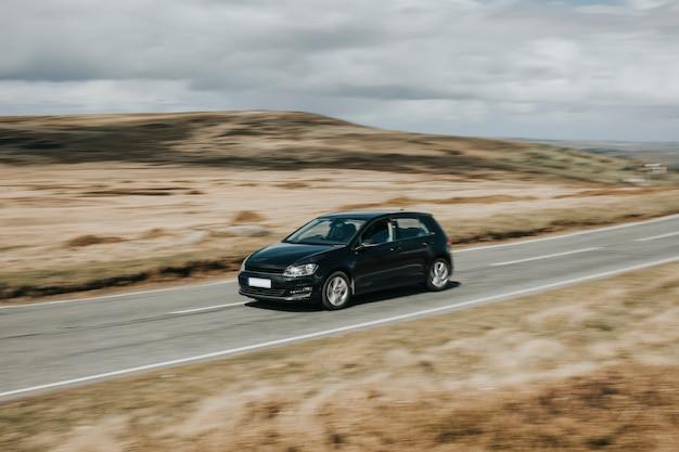 Czarny samochód jadący autostradą w walii w wielkiej brytanii