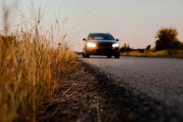 Czarny samochód jedzie na drodze