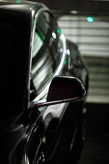 Czarny samochód w garażu