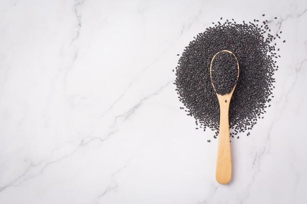 Czarny sezam na marmurowym tle