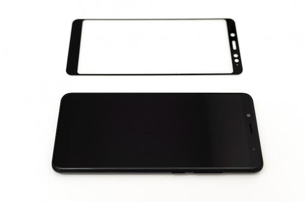 Czarny smartfon i szkło ochronne.