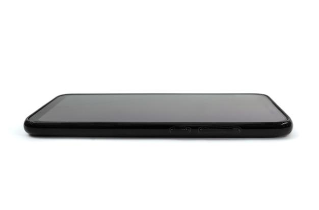 Czarny smartfon na białym tle