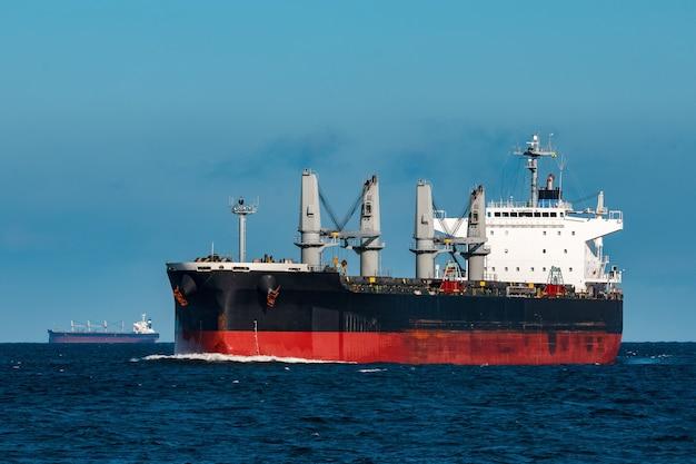 Czarny statek masowy. logistyka i przewozy towarów