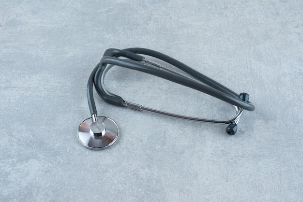 Czarny stetoskop medyczny na szarym tle. zdjęcie wysokiej jakości