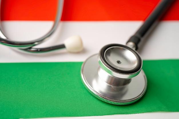 Czarny stetoskop na flaga węgier, koncepcja biznesu i finansów.