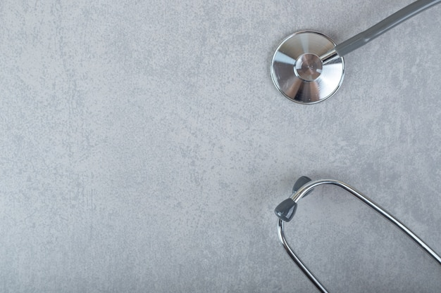 Czarny stetoskop na szarej powierzchni