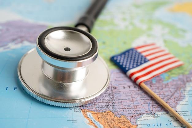 Czarny stetoskop z flagą usa ameryki na tle mapy świata