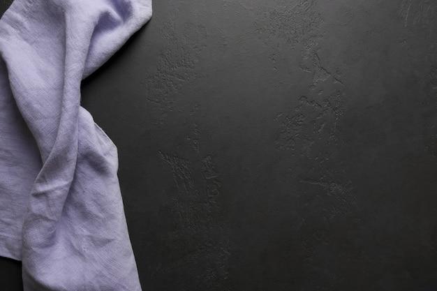Czarny stół kuchenny z liliowym obrusem i miejscem na przepis lub menu. widok z góry. leżał płasko