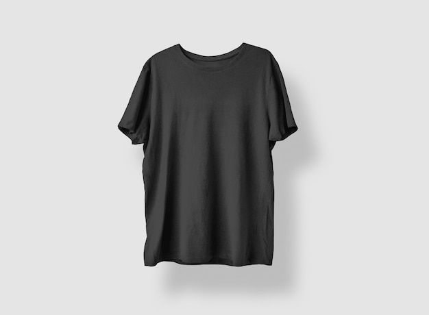 Czarny t-shirt z przodu na białym tle