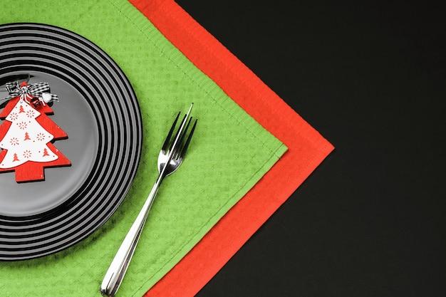 Czarny talerz i świąteczne dekoracje na świąteczne menu