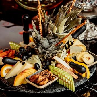 Czarny talerz owoców i suszonych owoców