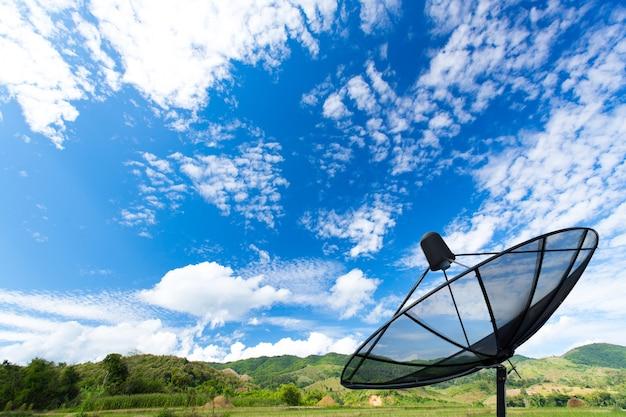 Czarny talerz satelitarny w tej dziedzinie