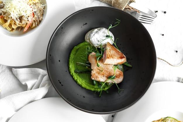 Czarny talerz steku z tuńczyka. biały stół