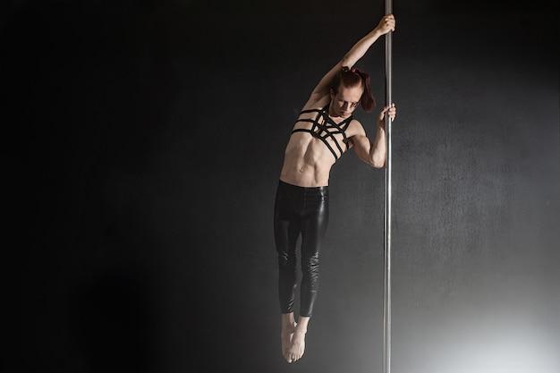 Czarny tancerz tańcząca kobieta na rurze