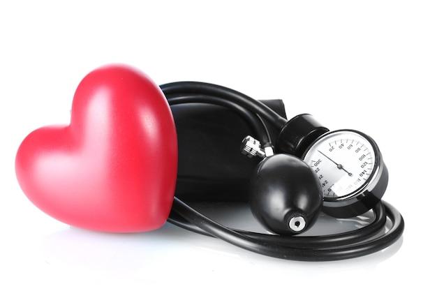 Czarny tonometr i serce na białym tle