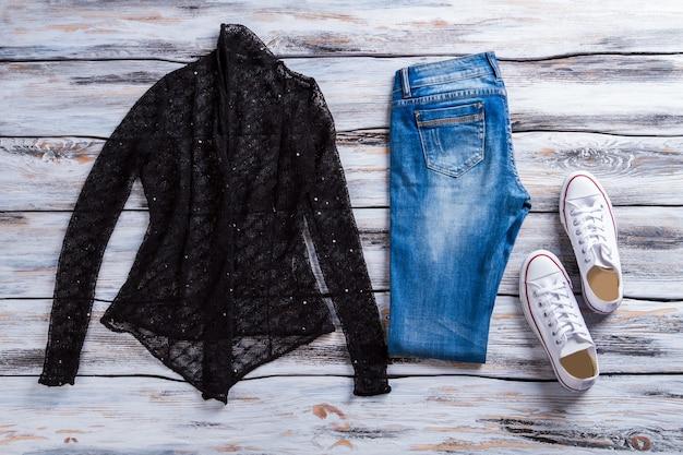 Czarny top i niebieskie dżinsy dżinsowe i płócienne buty damskie modny casualowy wygląd specjalne ceny za jakość...
