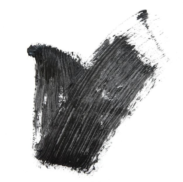 Czarny tusz do rzęs pędzla na białym tle.