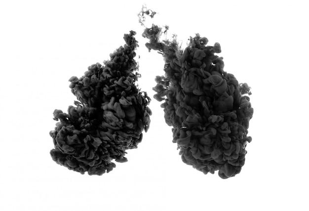 Czarny tusz na białej przestrzeni. czarny tusz w postaci ludzkich płuc