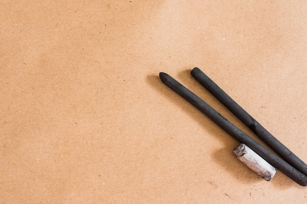 Czarny twardy węgiel drzewny kij do rysowania na prostym tle