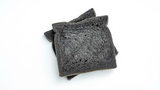 Czarny węgiel drzewny chleb na białym tle.