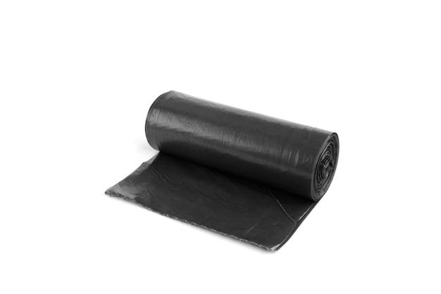 Czarny worek na śmieci na białym tle na białej powierzchni.