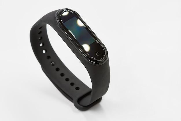 Czarny zegarek fitness lub monitor aktywności