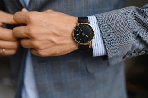 Czarny zegarek, koszula, marynarka