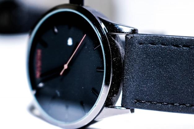 Czarny zegarek na rękę