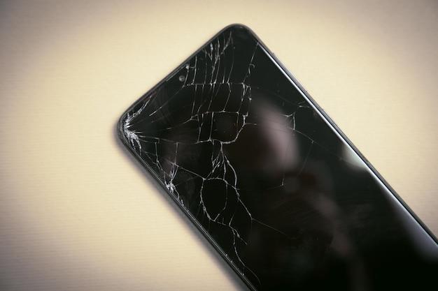 Czarny zepsuty smartfon. zepsuty ekran