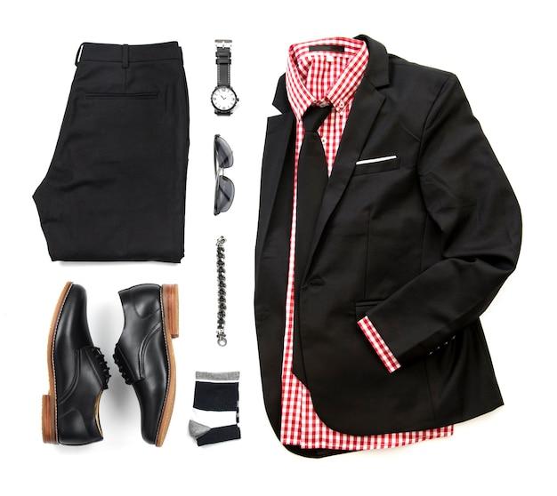 Czarny zestaw ubrań męskich z derbowymi butami, zegarkiem, skarpetą, bransoletą, spodniami, koszulą biurową, krawatem i garniturem izolować na białym tle, widok z góry