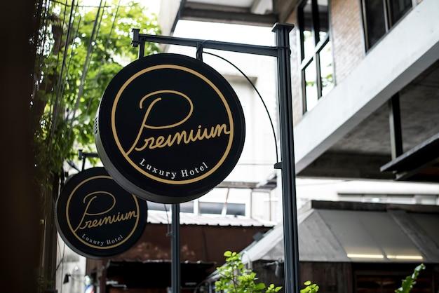 Czarny znak na zewnątrz makieta restauracji
