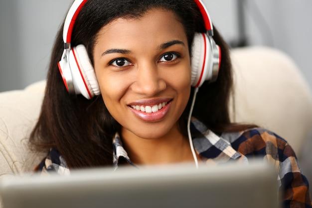 Czarny zwyczajny żeński amerykański nastoletni portret kanapy edukaci zdalny w domu pojęcie.