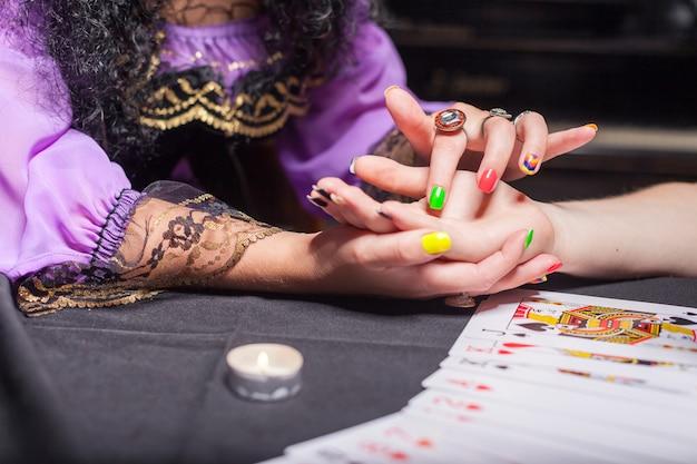 Czarodziejka czytająca czyjąś rękę
