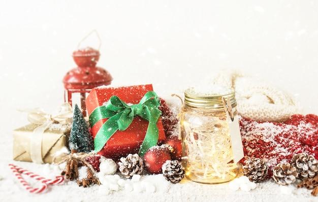 Czarodziejscy boże narodzenie wakacje zaświecają w słoju z boże narodzenie dekoracją, bożymi narodzeniami lub xmas pojęciem ,.