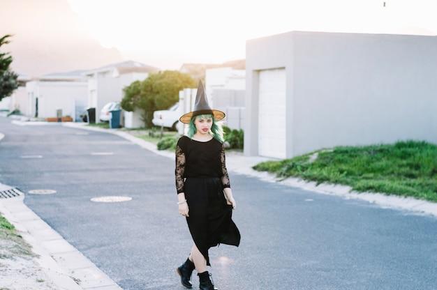 Czarownica idąca ulicą