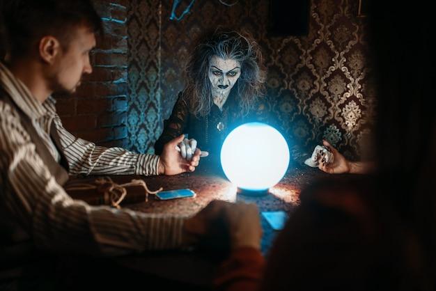 Czarownica, mężczyzna i kobieta na seansie duchowym